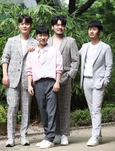 Phantom Singer 3\'s winning team La Poem, the winning team of the cable network JTBC\'s singing audition program Phantom Singer 3, poses for a photo prior to an interview with Yonhap News Agency in Seoul on July 16, 2020. (Yonhap)\/2020-07-16 22:11:22\/ < 1980-2020 YONHAPNEWS AGENCY.