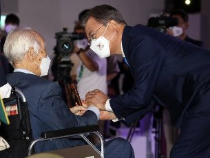Moon greets patriot President Moon Jae-in greets a patriot who played a part in Korea\'s liberation from Japanese colonial rule (1910-45) at the national ceremony at Dongdaemun Design Plaza in Seoul on Aug. 15, 2020. The Liberation Day ceremony marks the 75th anniversary of Korea escaping the yoke of oppressive colonial rule. (Yonhap)\/2020-08-15 11:05:51\/ < 1980-2020 YONHAPNEWS AGENCY.