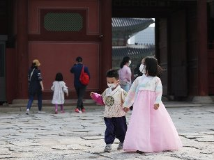 Siblings on Chuseok outing A young girl and her brother walk down the compound of Gyeongbok Palace in central Seoul on the traditional Chuseok autumn harvest day on Oct. 1, 2020. (Yonhap)\/2020-10-01 16:27:25\/ < 1980-2020 YONHAPNEWS AGENCY.