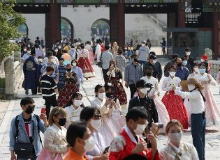 """Chuseok outing at royal palace Citizens, some of them in traditional """"hanbok"""" attire, visit Gyeongbok Palace in central Seoul on the traditional Chuseok autumn harvest holiday on Oct. 1, 2020, despite the COVID-19 pandemic.\/2020-10-01 16:28:37\/ < 1980-2020 YONHAPNEWS AGENCY."""